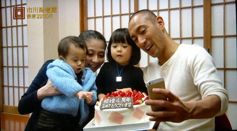 家族で自撮りする小林麻央